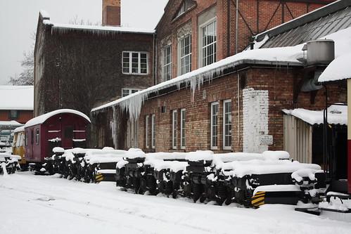 HSB: 4 Schmalspur-Drehgestelle für Dieselloks der BR 199.8 neben dem Werkstattgebäude in Wernigerode Westerntor