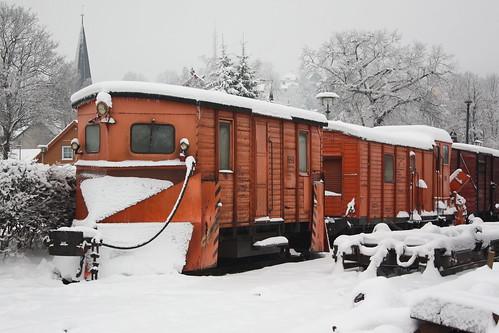 HSB: Schmalspur-Schneeflug 99-09-75 SPS-072 und Schmalspur-Schneefräse 99-09-02 LSF 71 in Wernigerode Westerntor