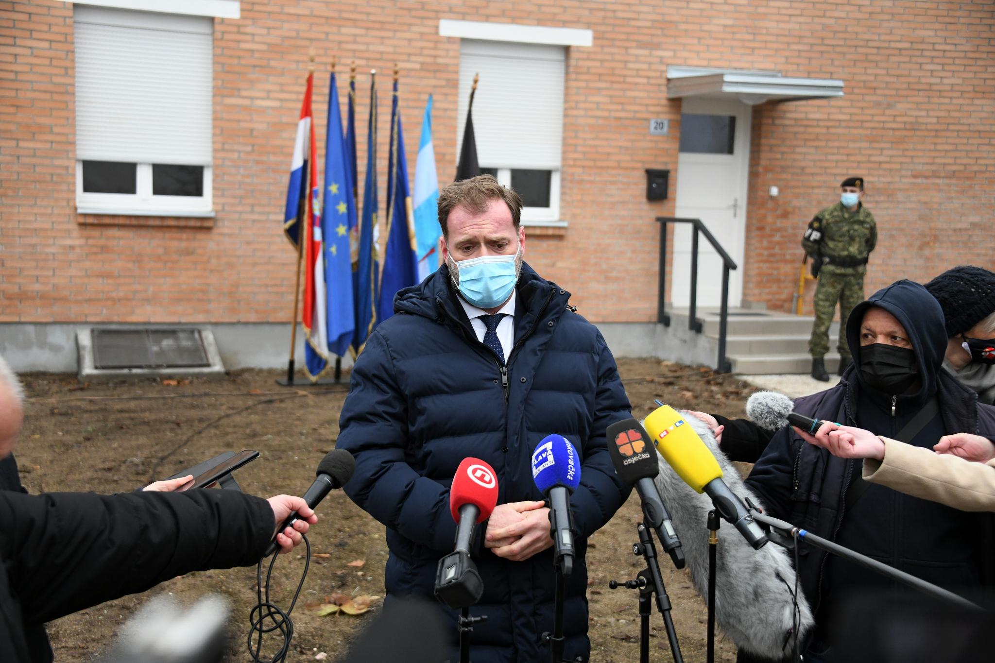 Banožić uručio ugovore o najmu stanova pripadnicima HV-a