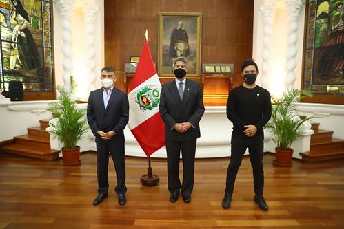 El jefe del Estado sostuvo una reunión con el líder del Partido Morado, Julio Guzmán, y el congresista Daniel Olivares.