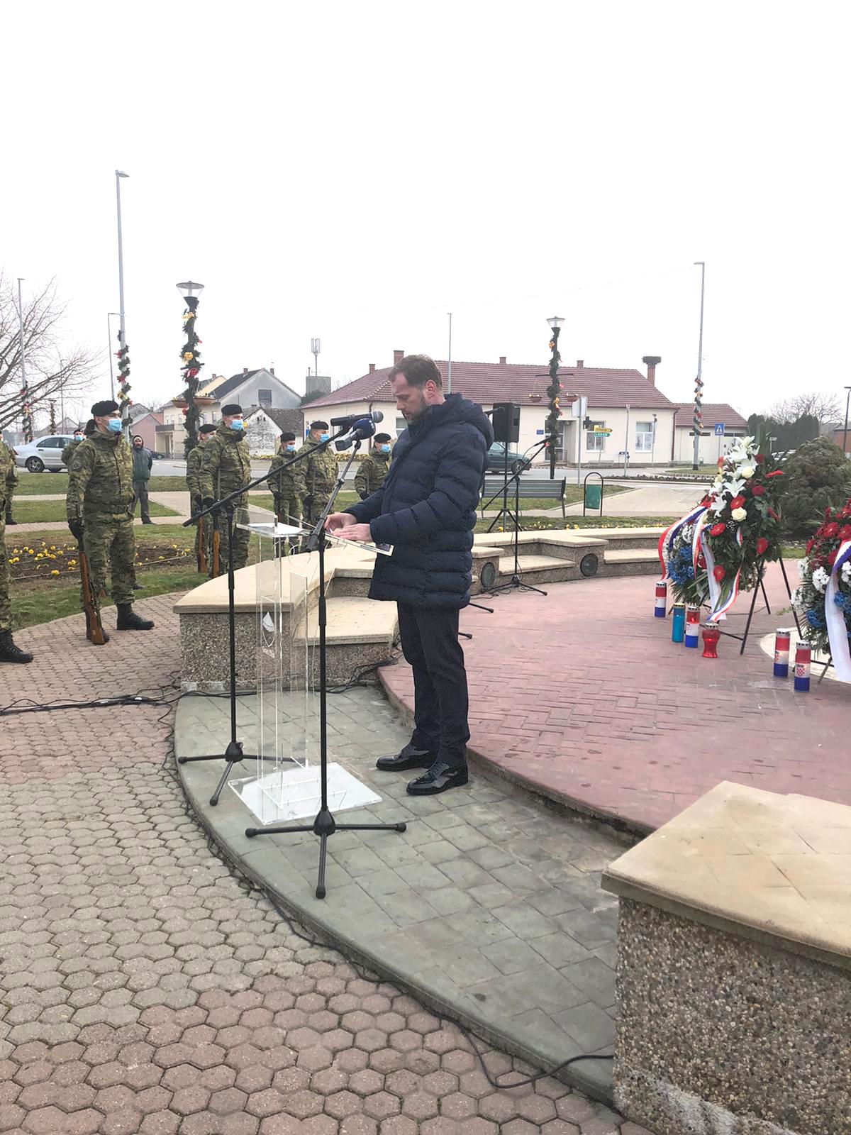 Ministar Banožić na 29. obljetnici pogibije pilota i padobranaca HRZ-a i branitelja Otoka