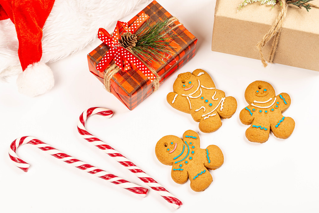 Gingerbread men with gifts and sweets