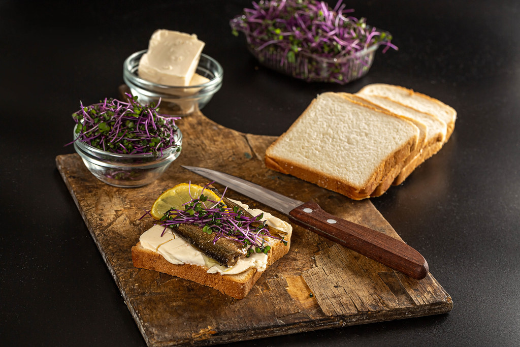 Sandwich with fish conserve, cabbage sprouts and lemon