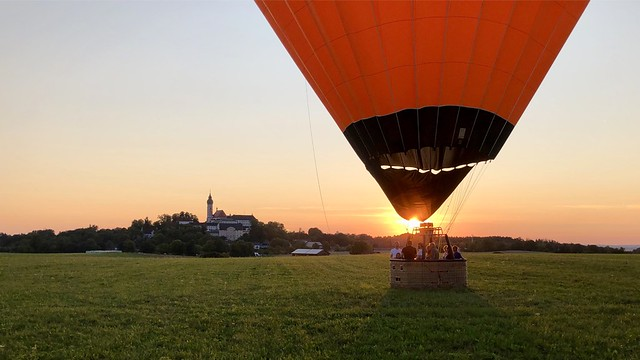 Letzten Sommer: Bei Sonnenuntergang nach einer wunderschönen Ballonfahrt sanft gelandet vor dem Kloster Andechs.