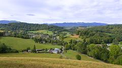 Le petit village au pied des montagnes