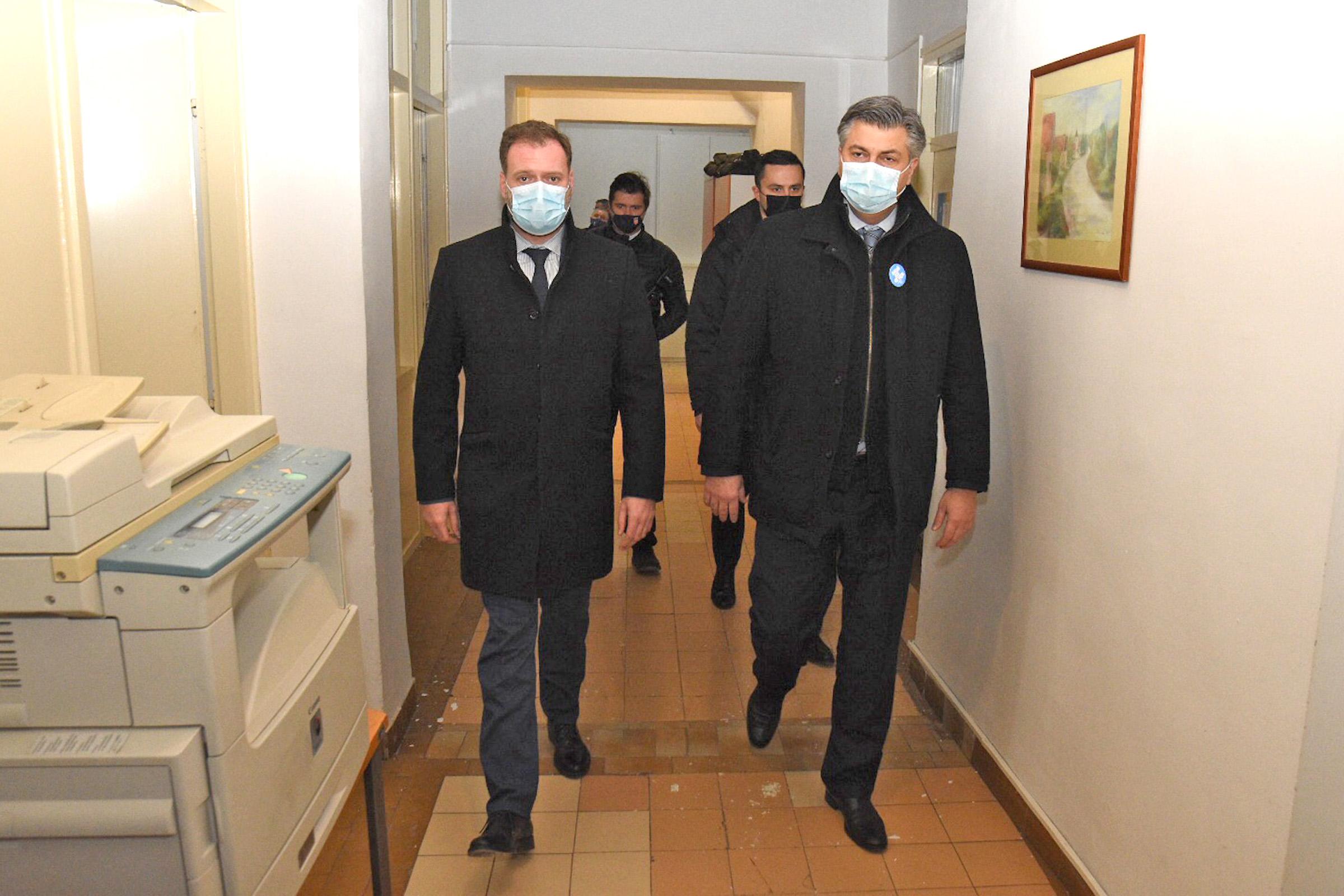 Ministar Banožić obišao potresom pogođena područja Siska i Petrinje