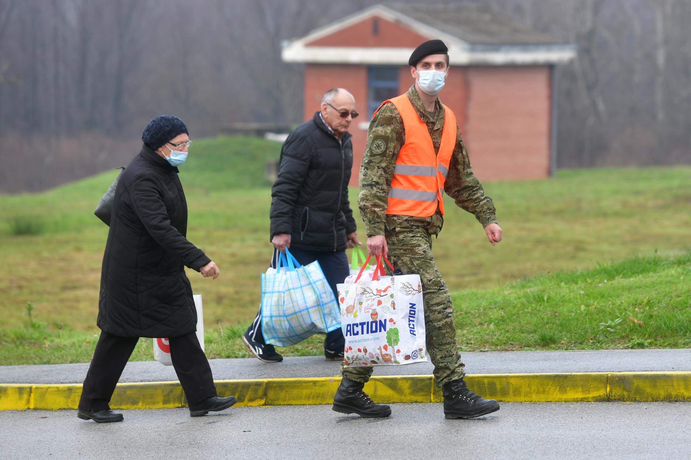 Hrvatska vojska drugi dan pomaže potresom pogođenoj Petrinji