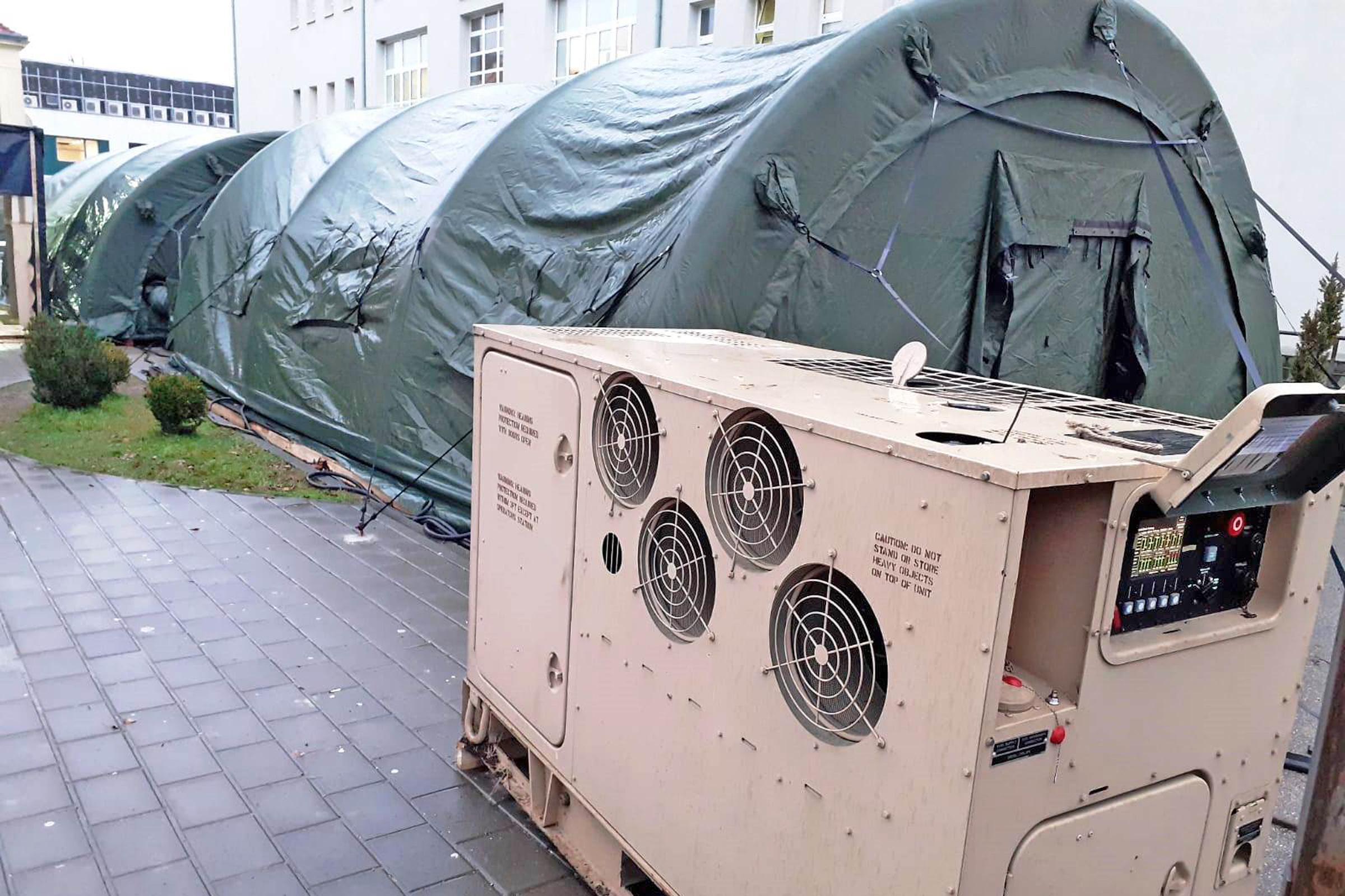 Hrvatska vojska postavila dva šatora ispred sisačke bolnice