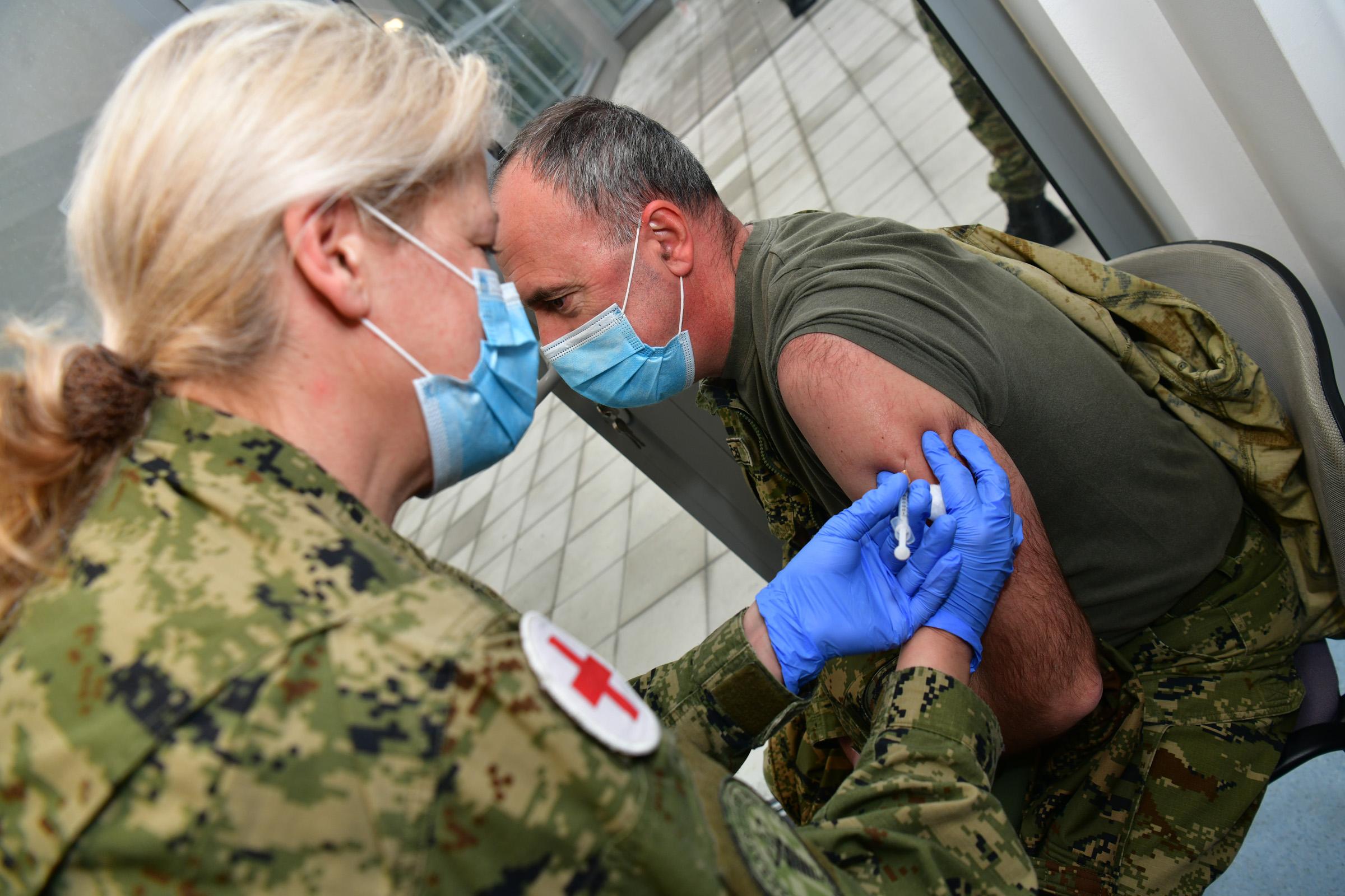 Provedeno cijepljenje pripadnika Hrvatske vojske u vojarni u Petrinji
