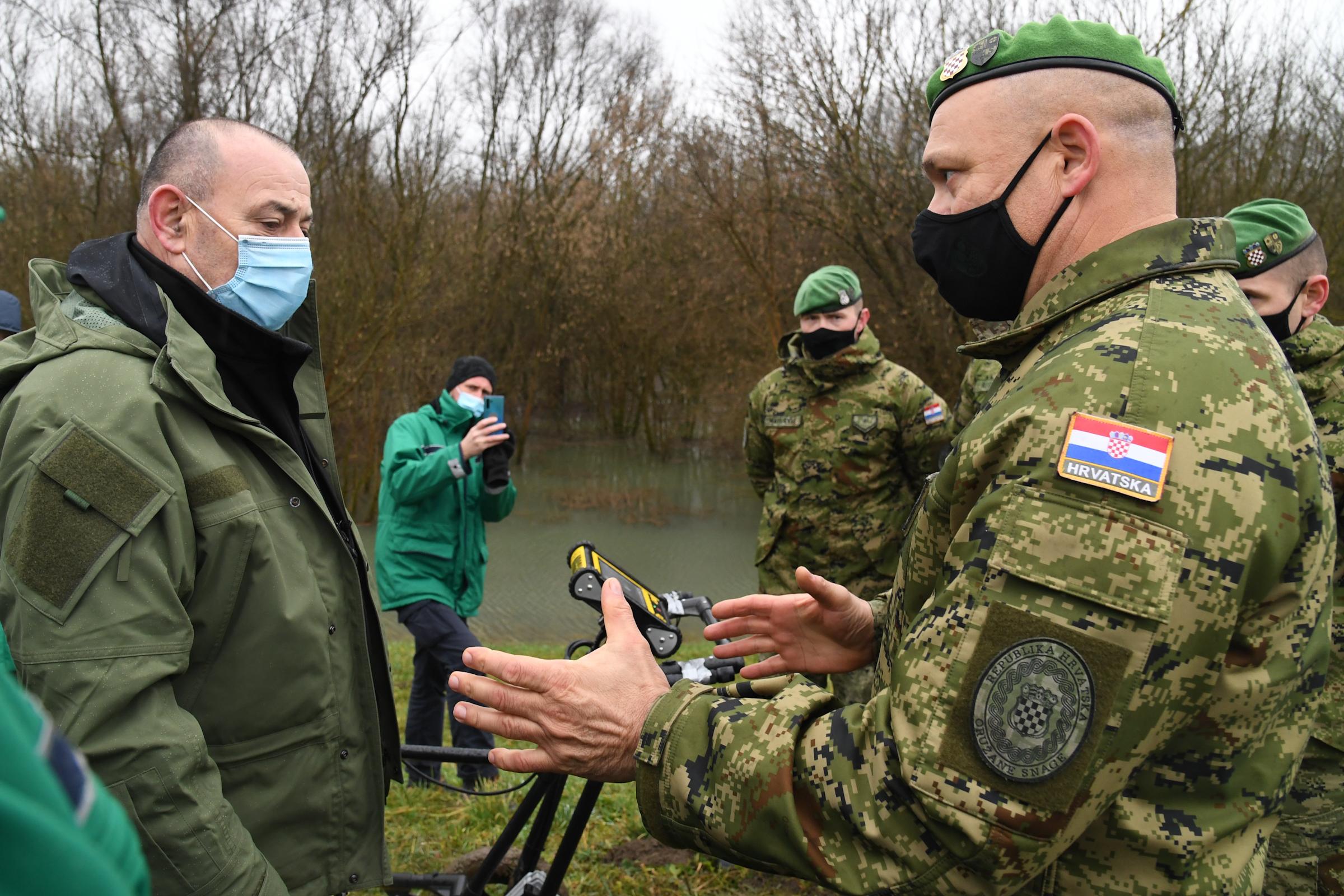 Hrvatska vojska sudjeluje u radovima na učvršćivanju nasipa pored Siska