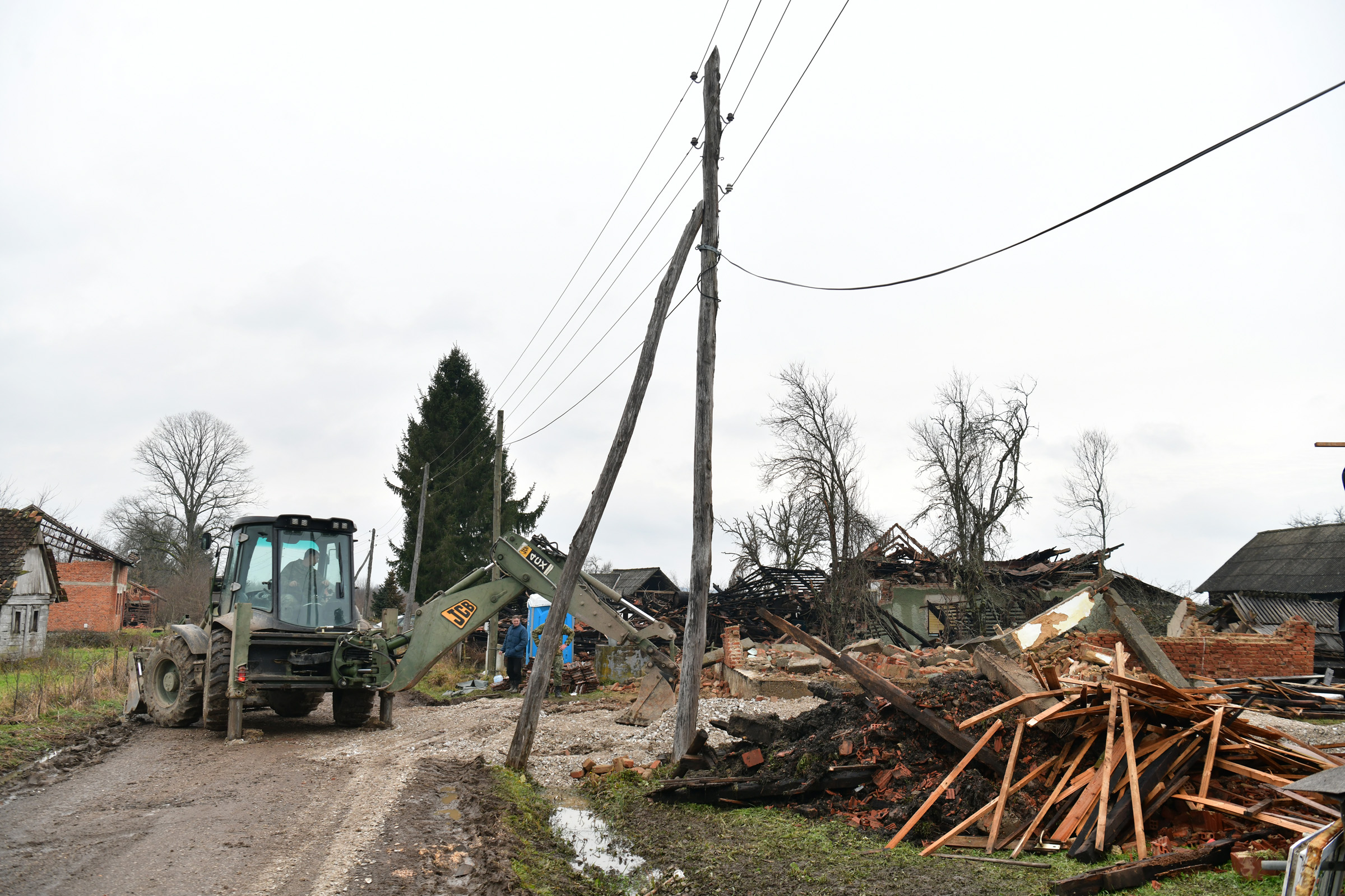 Hrvatska vojska pomaže potresom pogođenom gradu Petrinji i Sisku