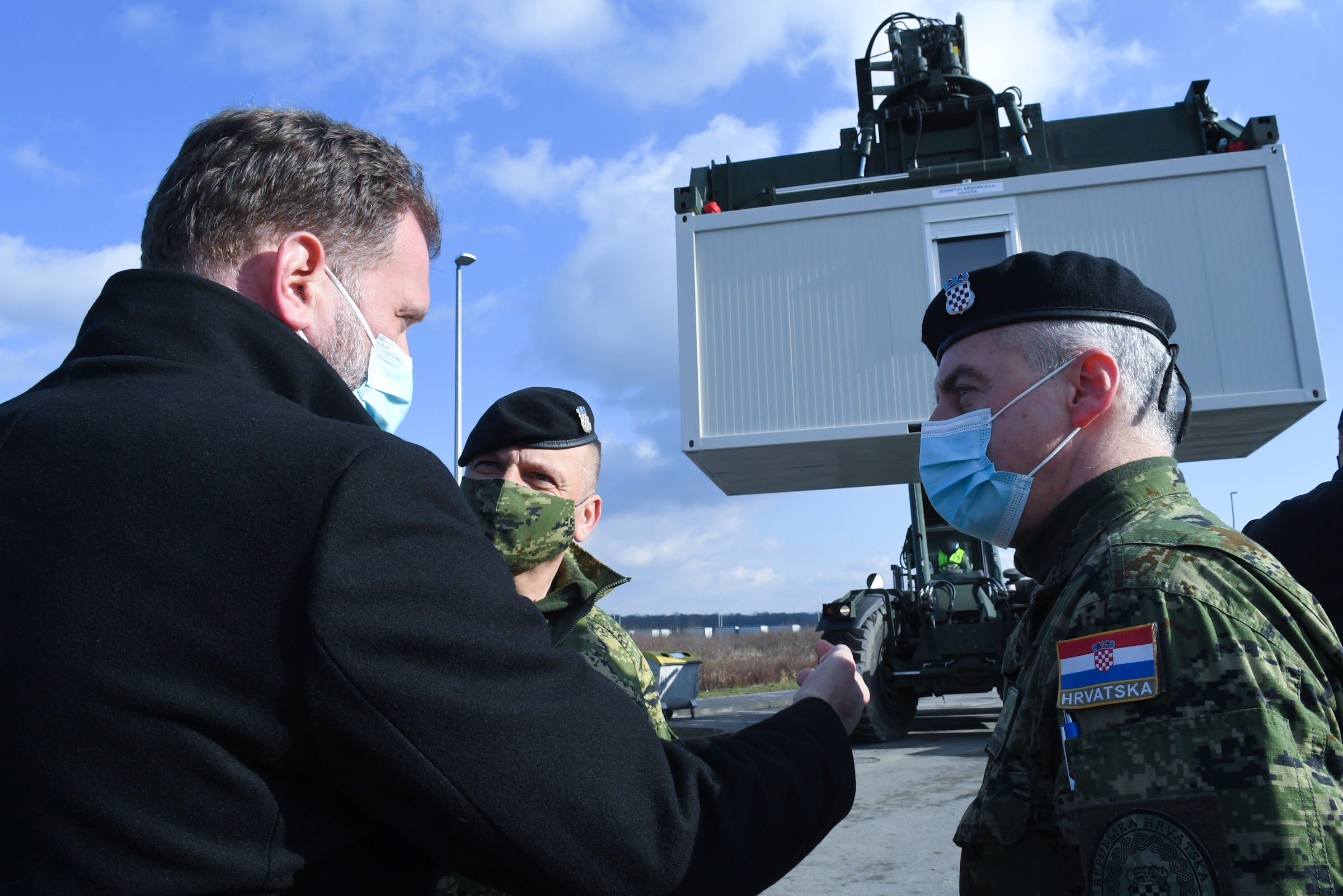 Ministar obrane Banožić s pripadnicima HV-a u Lekeniku