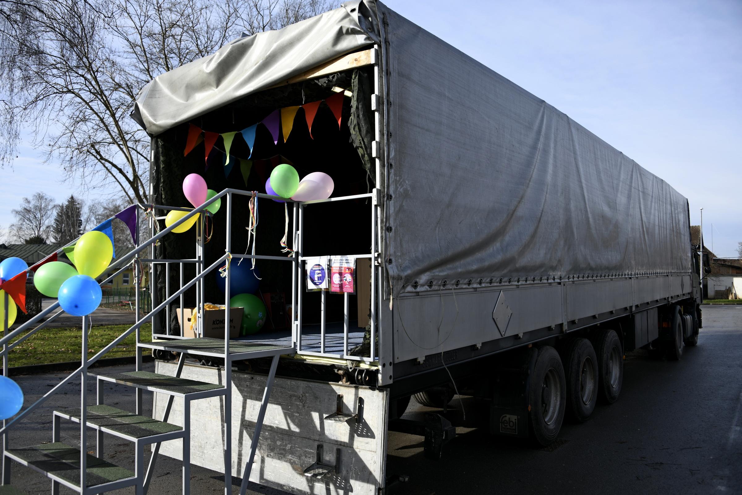 U kamionu HV-a organizirana igraonica za djecu