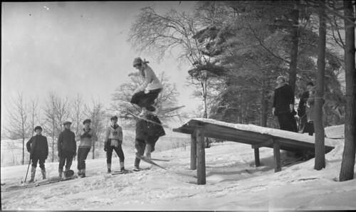 Girls in snowshoes jumping off ski jump, in High Park, Toronto, Ontario / Jeunes filles chaussées de raquettes sautant du tremplin de ski au High Park, Toronto (Ontario)