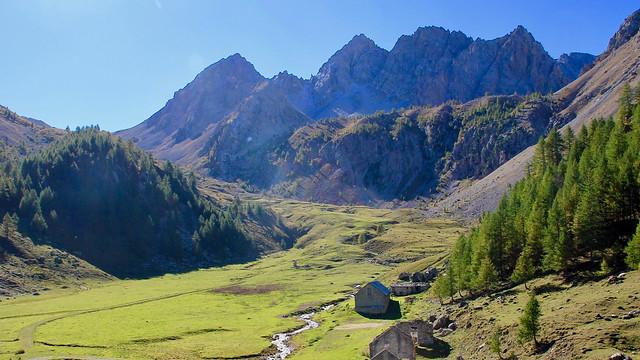 Piemont, Hochtal im Valle Maira. In den Südalpen beginnt der Bergsommer relativ früh.