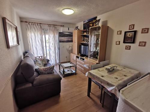 Gran salón comedor con suelos de madera, muy soleado y amueblado. Solicite más información a su inmobiliaria de confianza en Benidorm  www.inmobiliariabenidorm.com