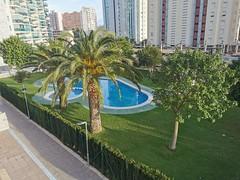 Urbanización provista de amplias zonas verdes, con piscinas, y pistas de tenis.  Solicite más información a su inmobiliaria de confianza en Benidorm  www.inmobiliariabenidorm.com