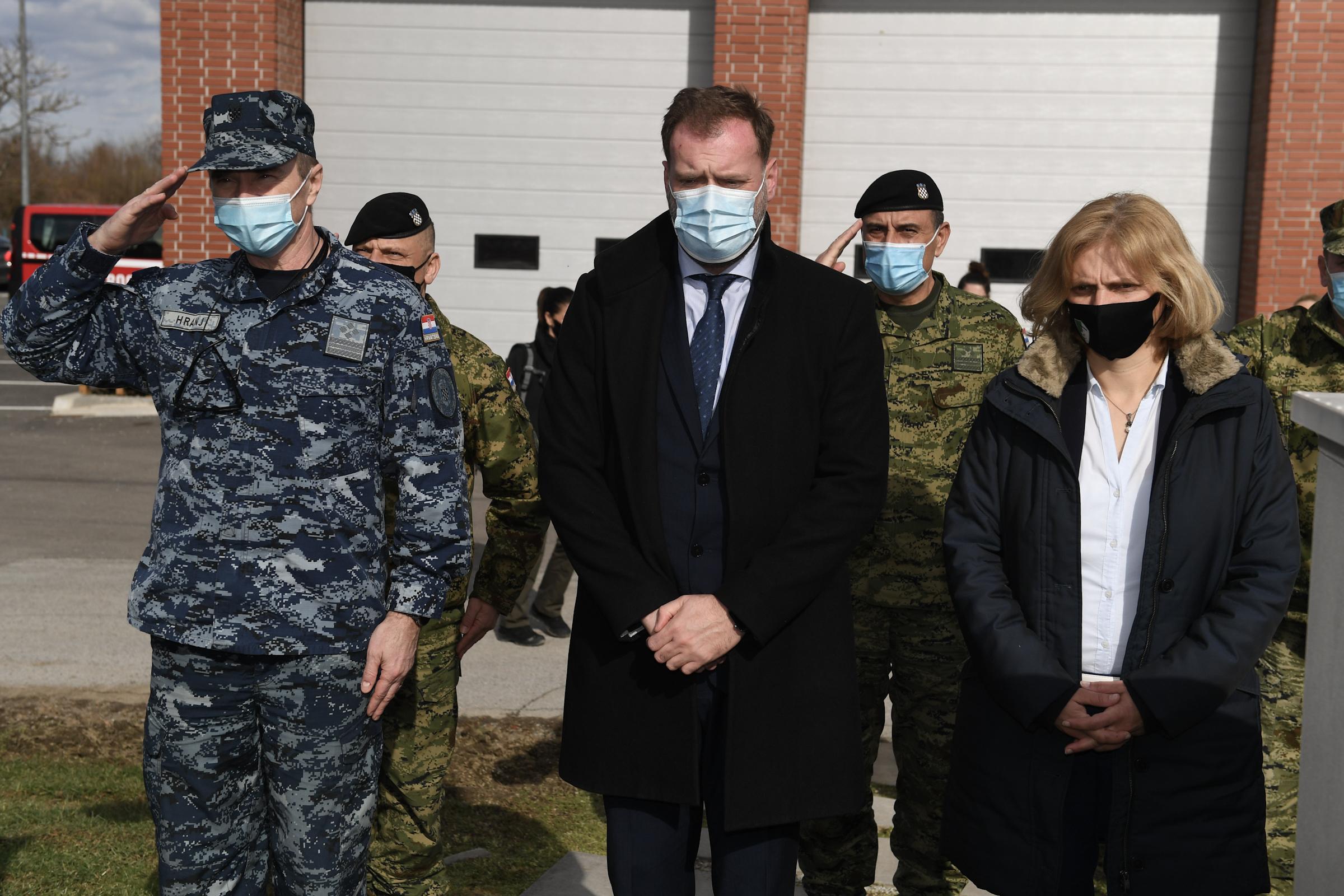Ministar Banožić i admiral Hranj s hrvatskim vojnicima u općini Majur