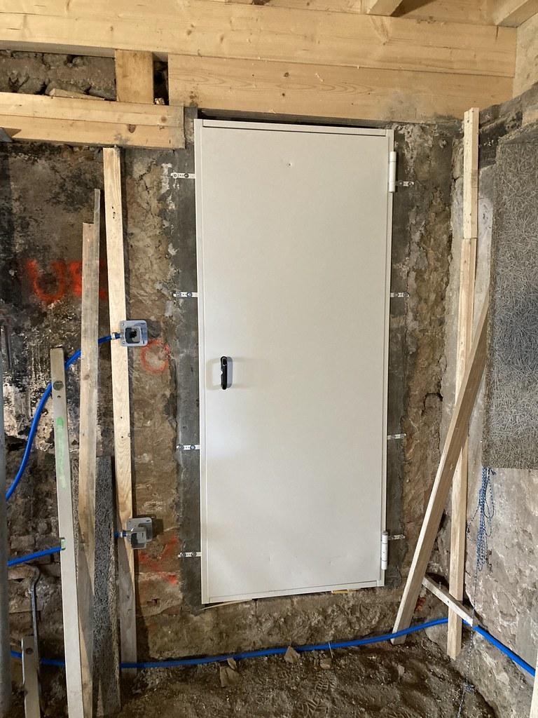 Rénovation, nouvelle ouverture avec porte dans murs en moellons