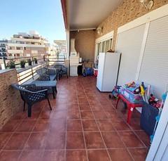Fabulosa terraza de unos 30 m2 aproximados, con trastero y barbacoa. Solicite más información a su inmobiliaria de confianza en Benidorm  www.inmobiliariabenidorm.com