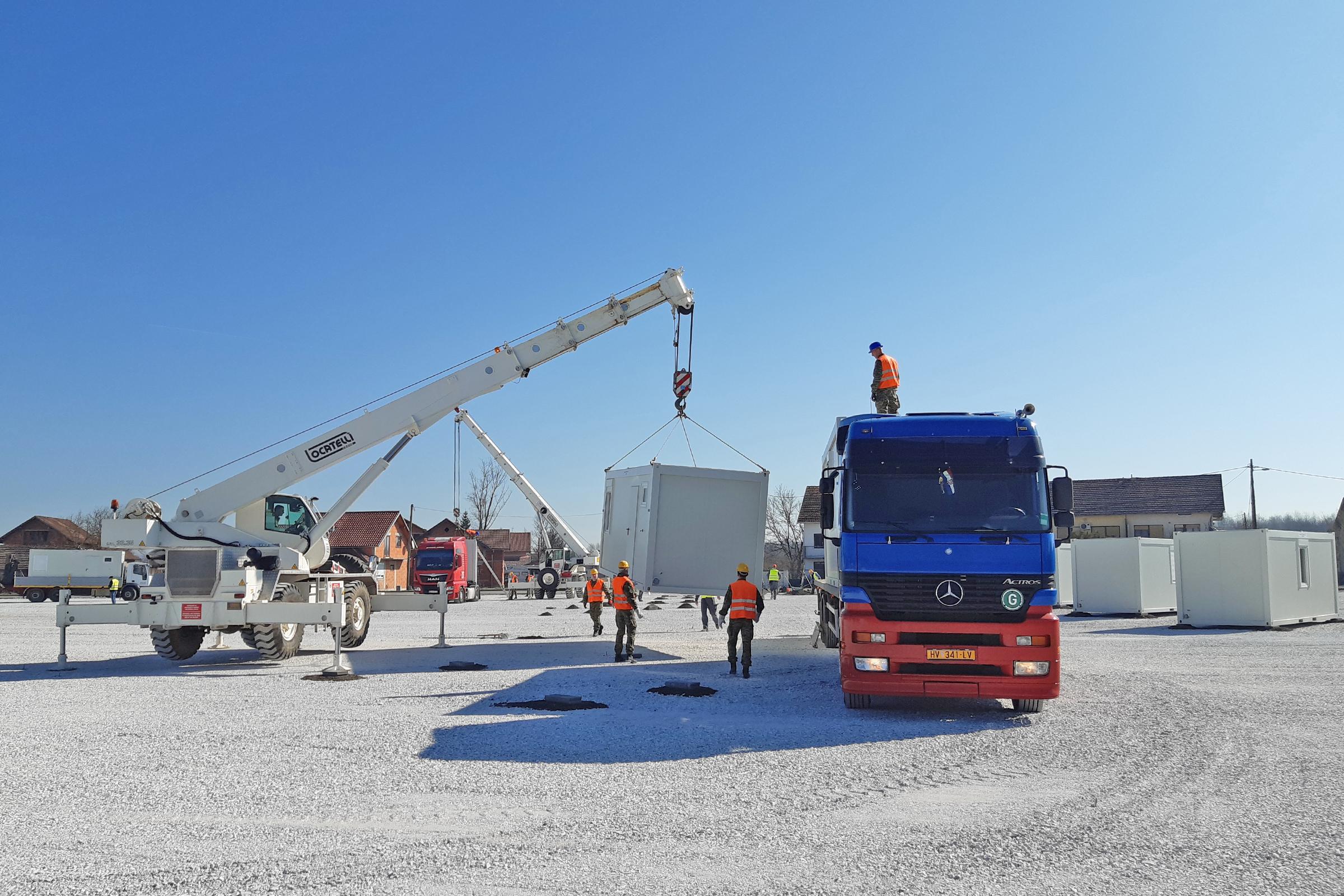 Hrvatska vojska sudjeluje u postavljanju kontejnerskog naselja u Glini
