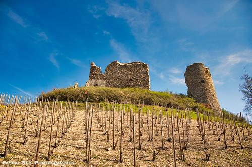 Sur sa motte castrale, dominant les vignoble de Crozes-Hermitage, le château de Larnaggio.