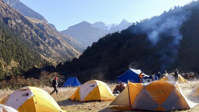 Morgenstimmung auf dem Chomolhari-Trek in Bhutan. Auch wegen solcher Momente sind wir so gerne unterwegs.