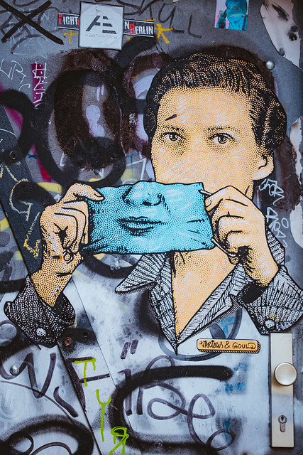Tragt eure Maske mit einem Lächeln [Artists: Various & Gould]