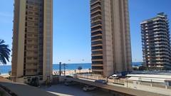 Situado en la Avd. Mediterraneo, en una segunda línea de playa con acceso directo al mar.  Pida más información en su agencia inmobiliaria Asegil de Benidorm  www.inmobiliariabenidorm.com