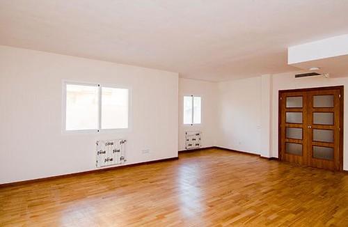 Grandioso salón comedor con calefacción y chimenea. Solicite más información a su inmobiliaria de confianza en Benidorm  www.inmobiliariabenidorm.com