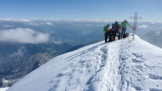 Auf dem höchsten Berg Südtirols, Blick vom Ortler-Gipfel, 3905m, über den Vinschgau zu den Ötztaler Alpen.