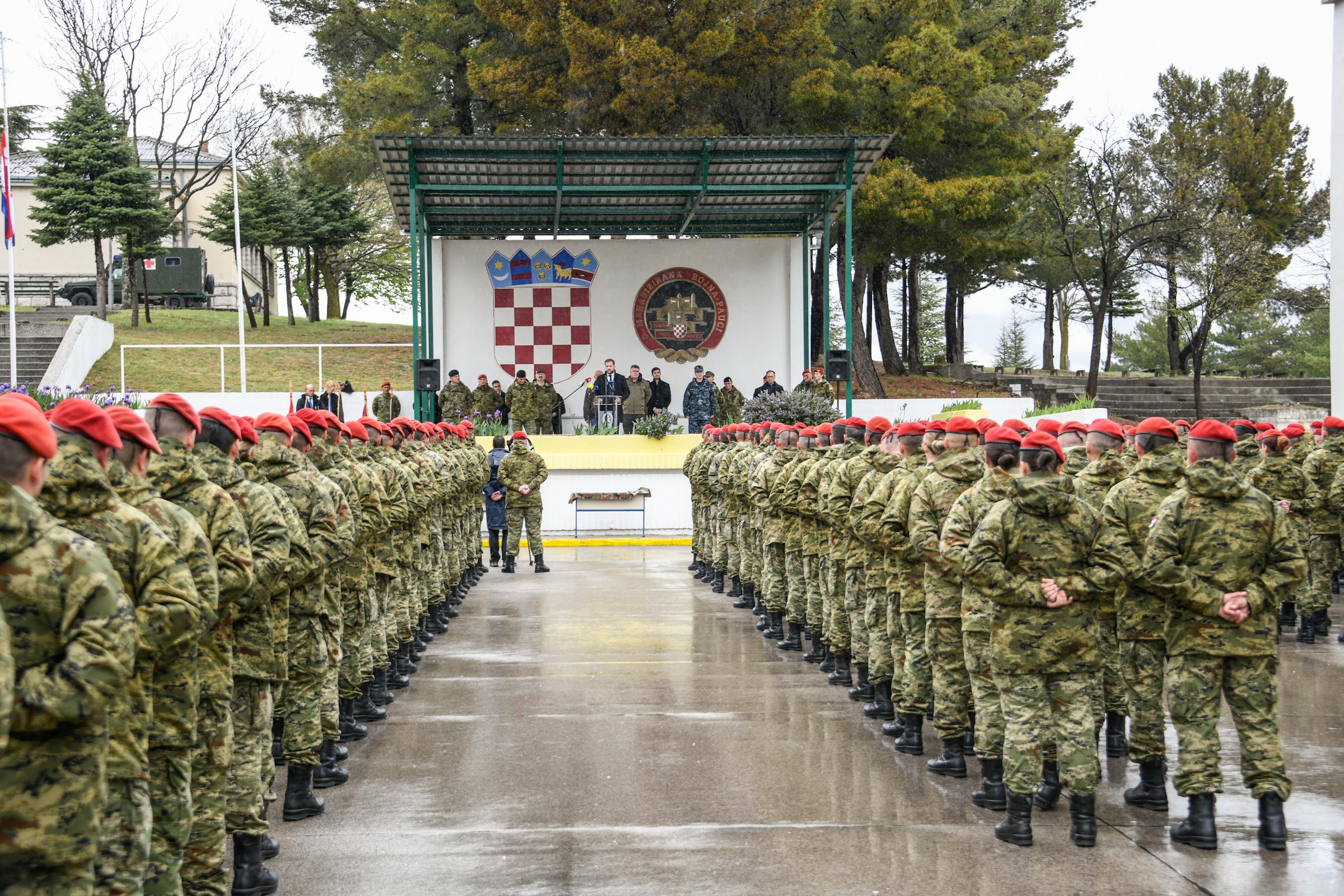 U Kninu dodijeljene crvene beretke novim pripadnicima 3. mb Pauci