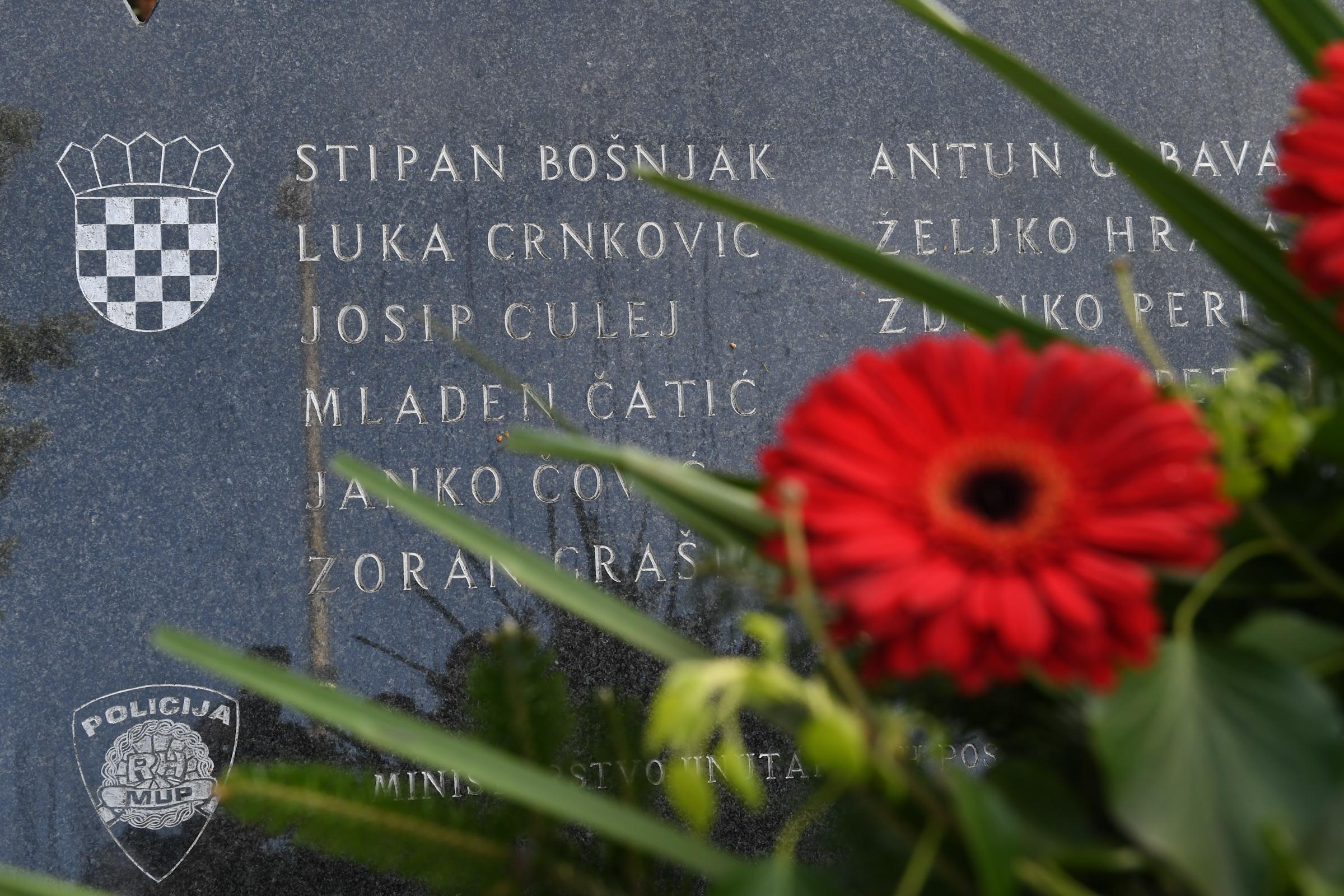 Polaganje vijenaca i paljenje svijeća podno Spomen obilježja poginulim hrvatskim redarstvenicima u Borovu