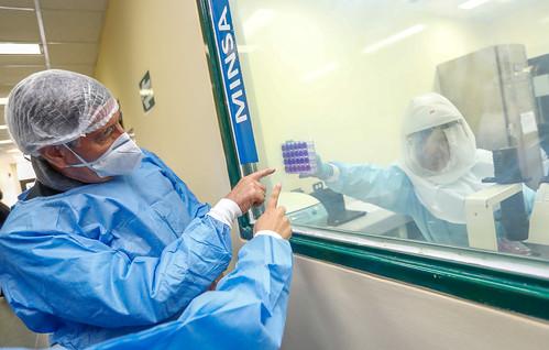 El presidente Francisco Sagasti visita el Laboratorio de Biomedicina del Instituto Nacional de Salud , acompañado por  el Ministro de Salud, Óscar Ugarte Ubilluz  y elJefe del Instituto Nacional de Salud, Víctor Suarez Moreno.