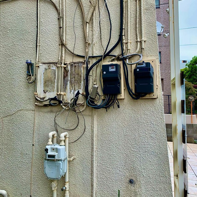 Photo:ガスメーター gasmeter 電気メーター electricitymeter  meter メーター パイプ pipe ガス管 gaspipe 壁 wall ivvaDOTinfo ivva By ivva