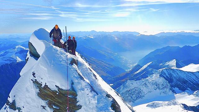 Exponiert unterwegs auf dem Gipfelgrat des Großglockners, 3798 m.