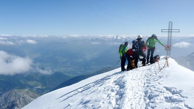 Auf dem höchsten Gipfel Südtirols. Blick über den oberen Vinschgau auf die Ötztaler Alpen.
