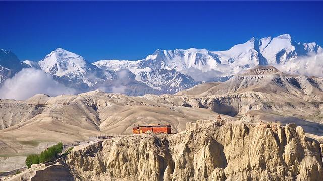 Nepal, ehemaliges Königreich Mustang. Blick vom Kloster Namgyal bei Lo Mantang auf die Annapurnakette im Süden. Rechts oben die Annapurna I, 8091 m.