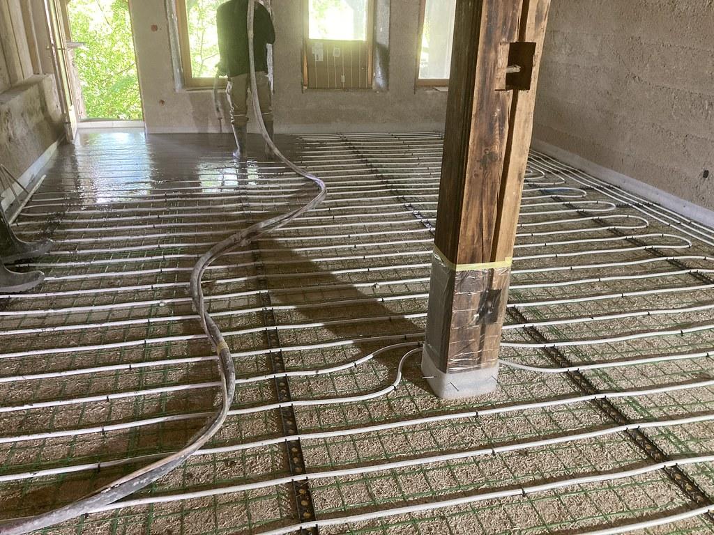 Chape liquide sur isolation chaux chanvre avec chauffage au sol
