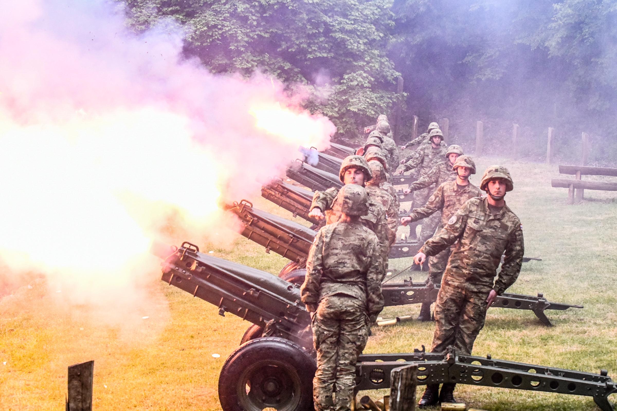 Počasni plotuni topničke postrojbe povodom obilježavanja 30. obljetnica Hrvatske vojske