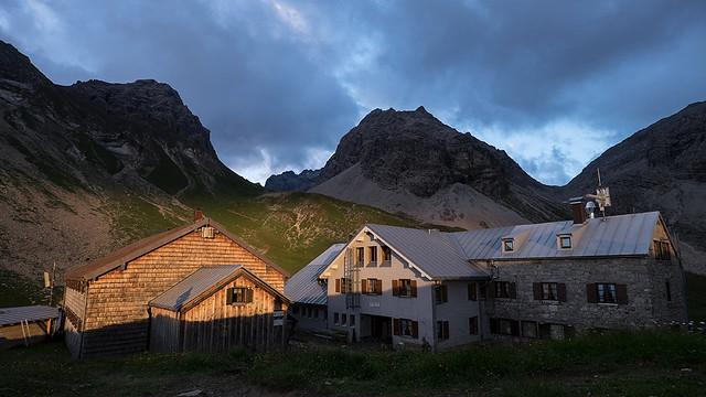 Der richtige Zeitpunkt macht's: gekonntes Spiel mit Wolken und ersten Sonnenstrahlen. Foto: Bernd Ritschel.