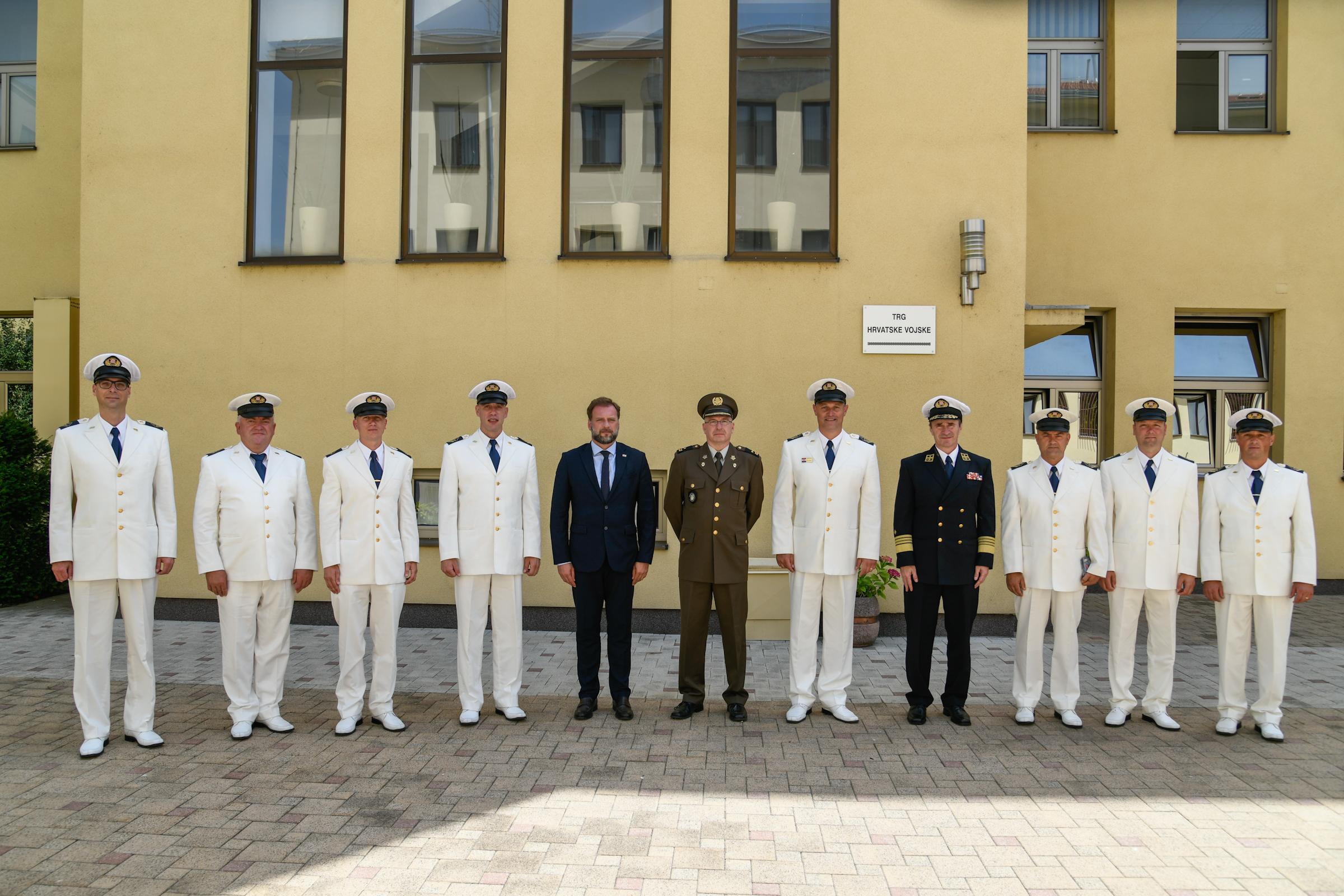 Banožić i Hranj sa članovima Klape HRM-a i zapovjednikom orkestra OSRH