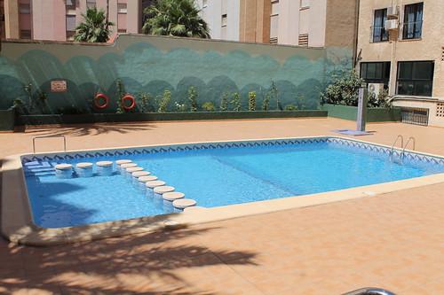 Piscina comunitaria. Les atenderemos en su agencia inmobiliaria de confianza Asegil en Benidorm  www.inmobiliariabenidorm.com