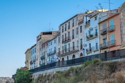 Cases per sobre del riu a Mora de l'Ebre