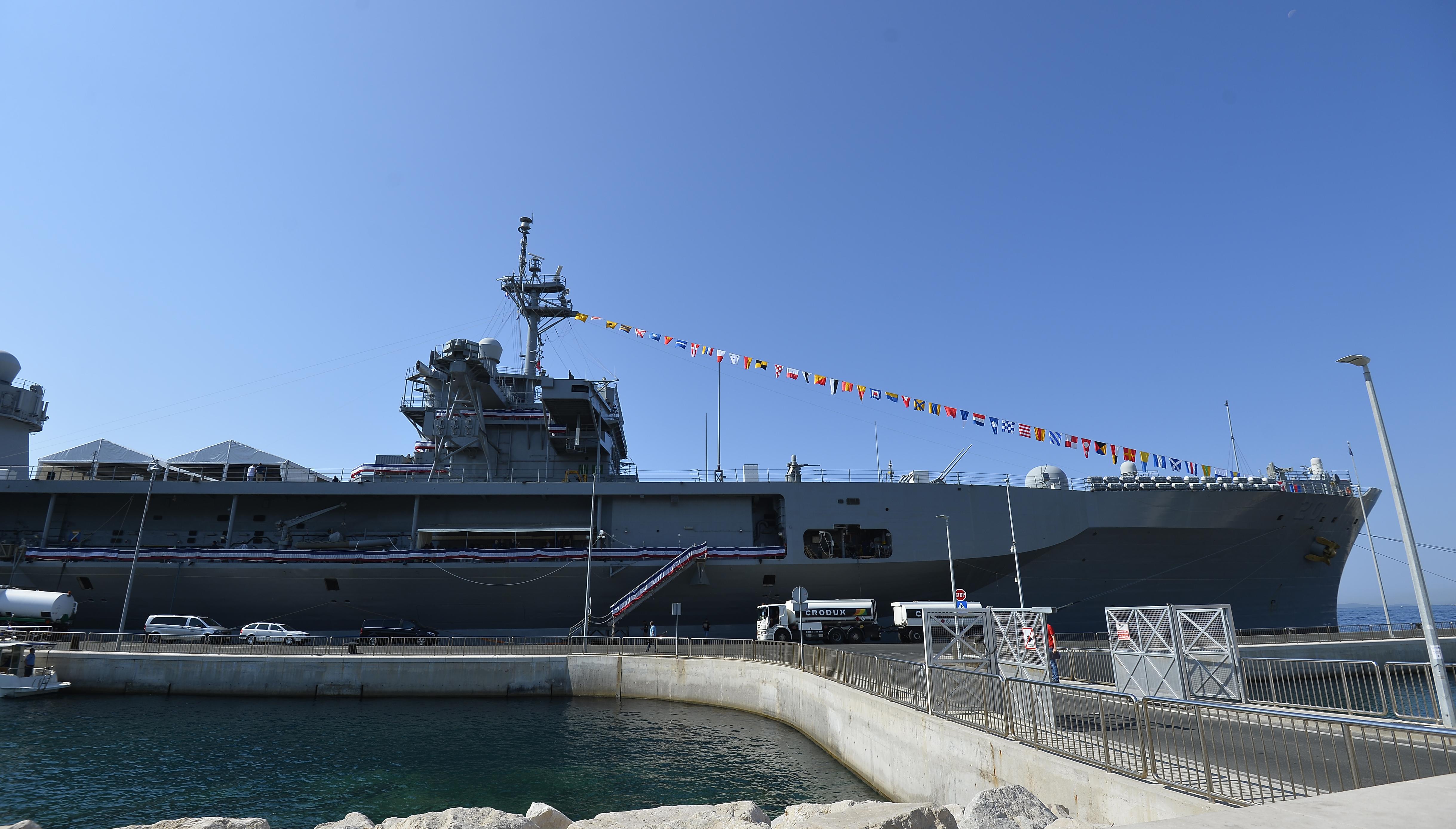 U splitskoj luci vezao se brod američke 6. flote USS Mount Whitney | Foto HINA/ Mario STRMOTIĆ
