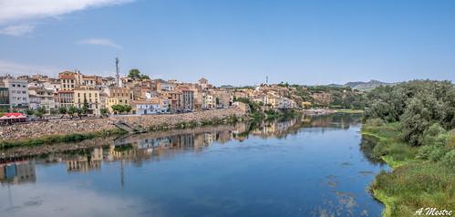 Mora d'Ebre i el reflex al riu