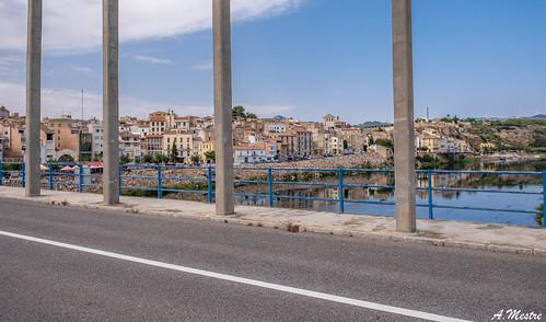 Quatre columnes al pont de Mora d'Ebre