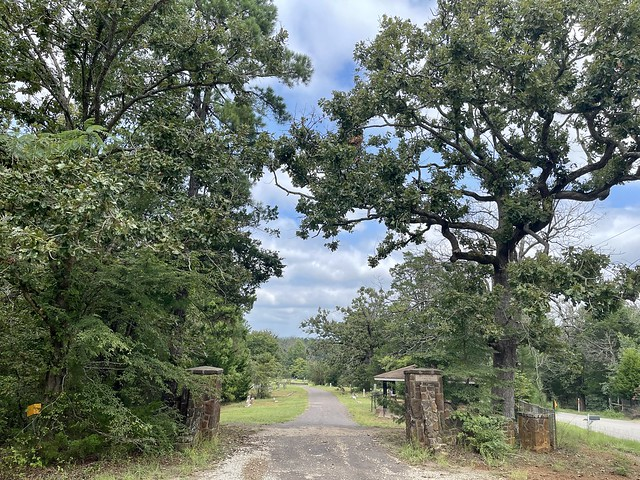 Photo:Fort Houston Cemetery entrance By QuesterMark
