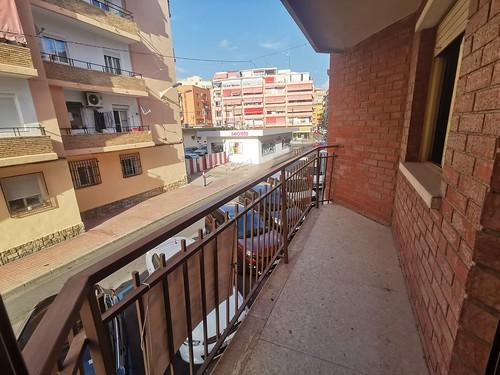 Apartamento situado en pleno centro y cerca de todos los servicios. Solicite más información a su inmobiliaria de confianza en Benidorm  www.inmobiliariabenidorm.com