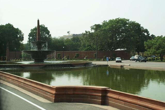 India, New Delhi ...Una fontana proprio davanti al Parlamento Indiano
